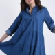 Kleid aus Baumwolle mit Volants V-Ausschnitt Denim - Hellblau